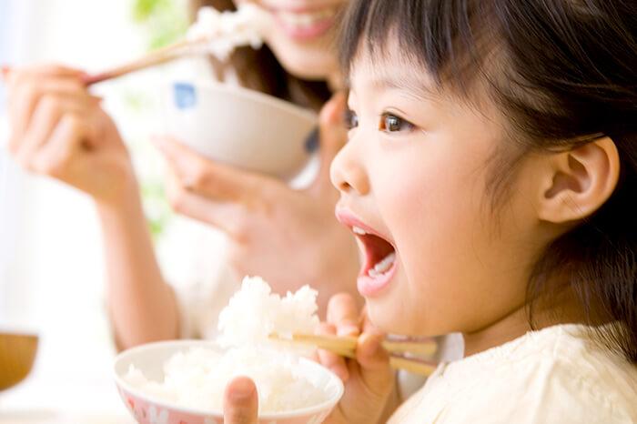 お子さんの食事中の姿勢に注意